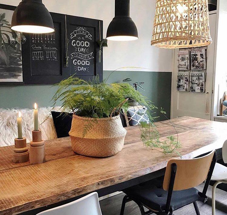 Tavolo legno quadri e parete bicolor cucina sale da for Quadri da cucina