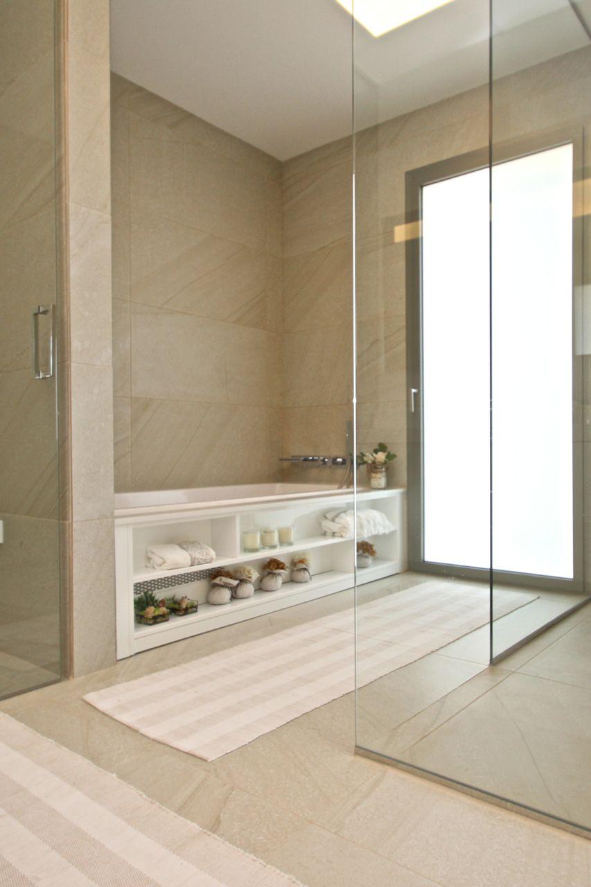 Moderne badkamer met bubbelbad, douche en toilet achter glazen ...