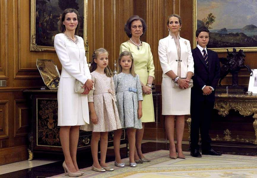 Letizia d\'Espagne est radieuse dans son ensemble blanc Felipe Valera ...