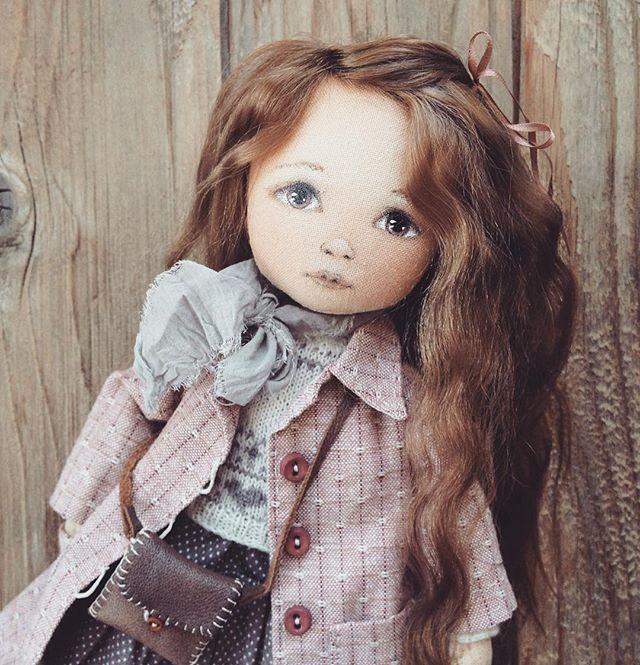 Еще девочка с #мосфейр2016  Просматриваю фотографии и понимаю, что даже заснять толком кукол не успела 🙈 Например, вот у этой малышки вязаный свитер. Его почти не видно под пальто, а отдельно фото нет😔 #моикуклы #ручнаяработа #авторскаякукла #девочки_такие_девочки #малышки #текстильныекуклы