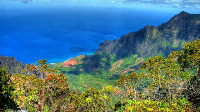#NaPaliCoast on #Kauai (#Hawaii) is one of the most beautiful places on earth. Read more about Kauai here: http://www.travel-photographs.net/10-most-beautiful-places-in-the-usa/