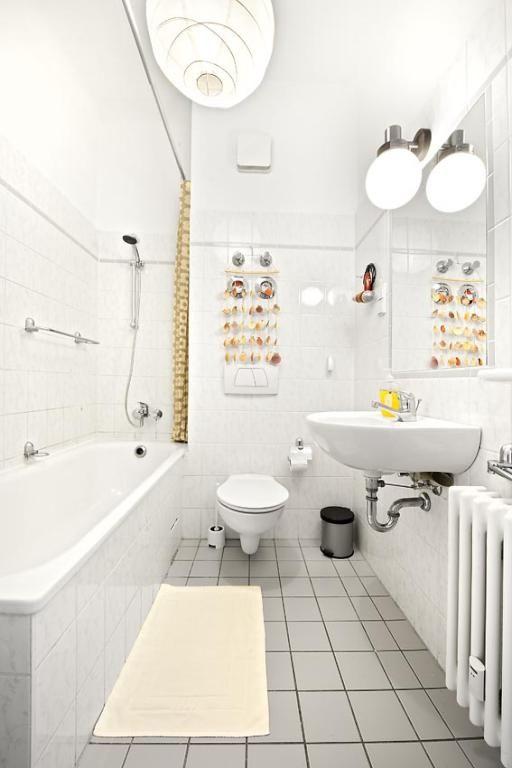 einrichtungstipp f r schmale badezimmer wei e fliesen und helle lichter lassen den raum gr er. Black Bedroom Furniture Sets. Home Design Ideas