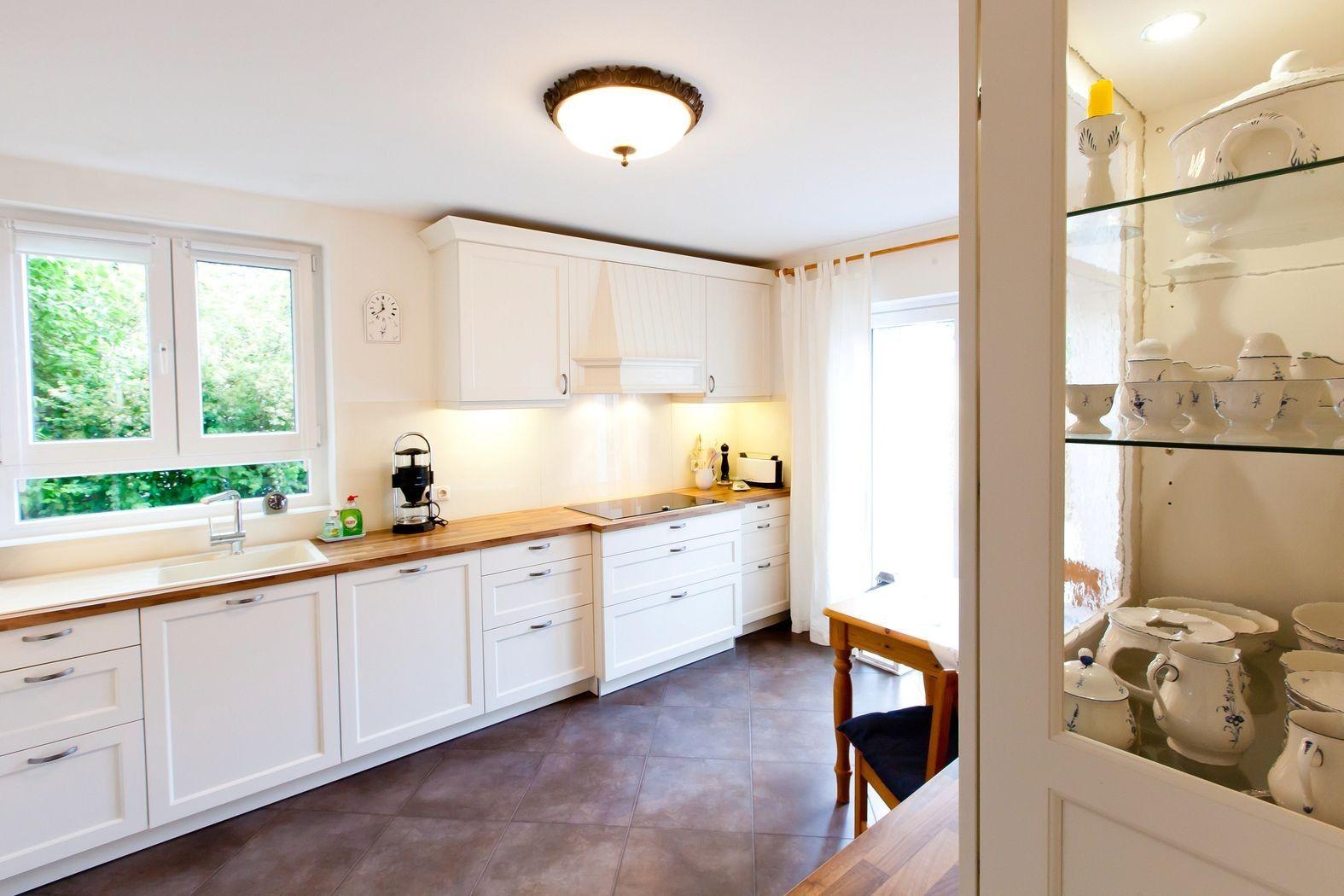 Weiße Küche grauer Boden Holz  Weisse küche, Küche, Küchen ideen