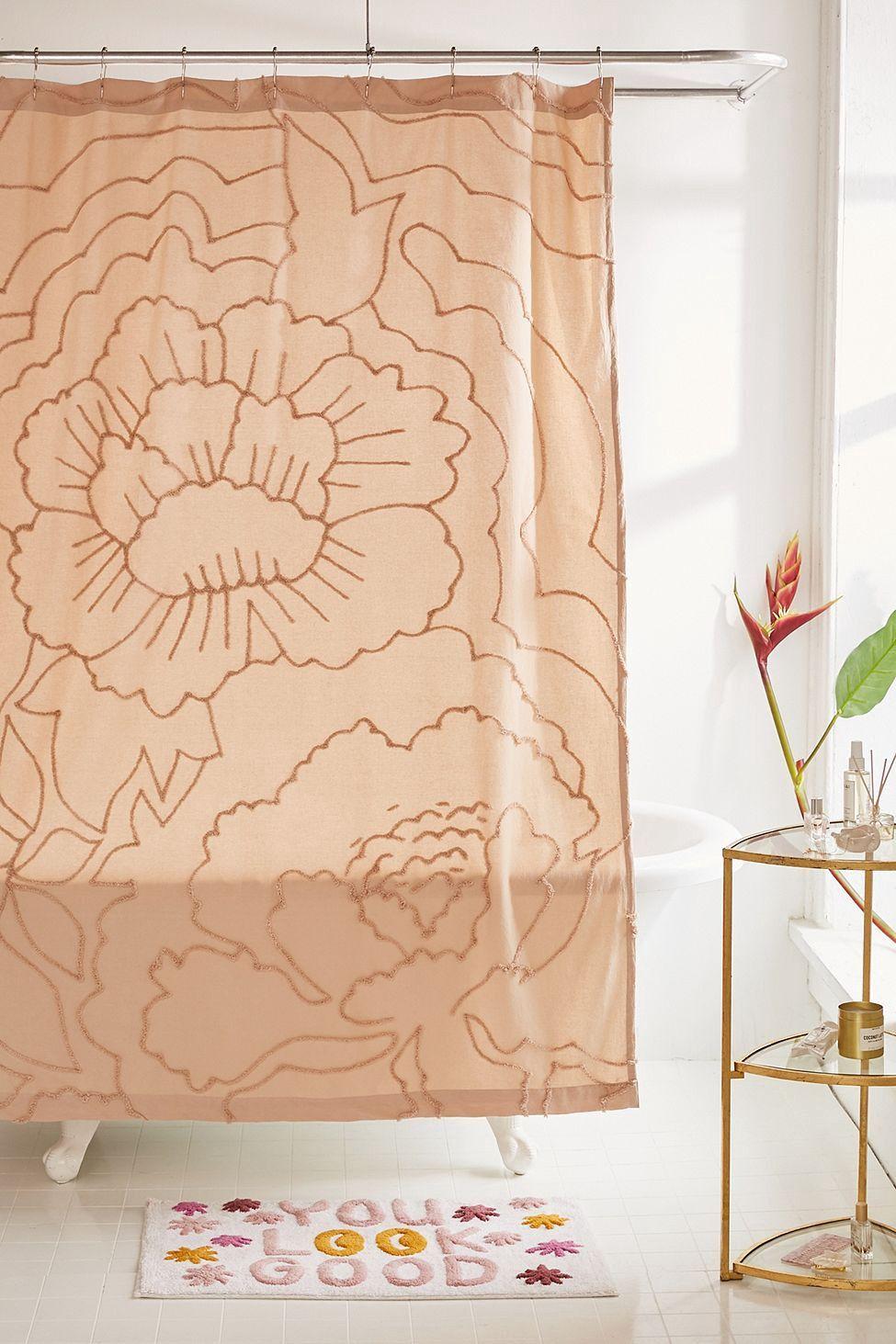 Badezimmer dekor mit duschvorhängen margot tufted floral shower curtain by urban outfitters  blooming