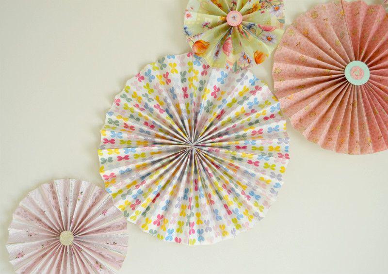 Come fare delle coccarde di carta per decorare le pareti ...