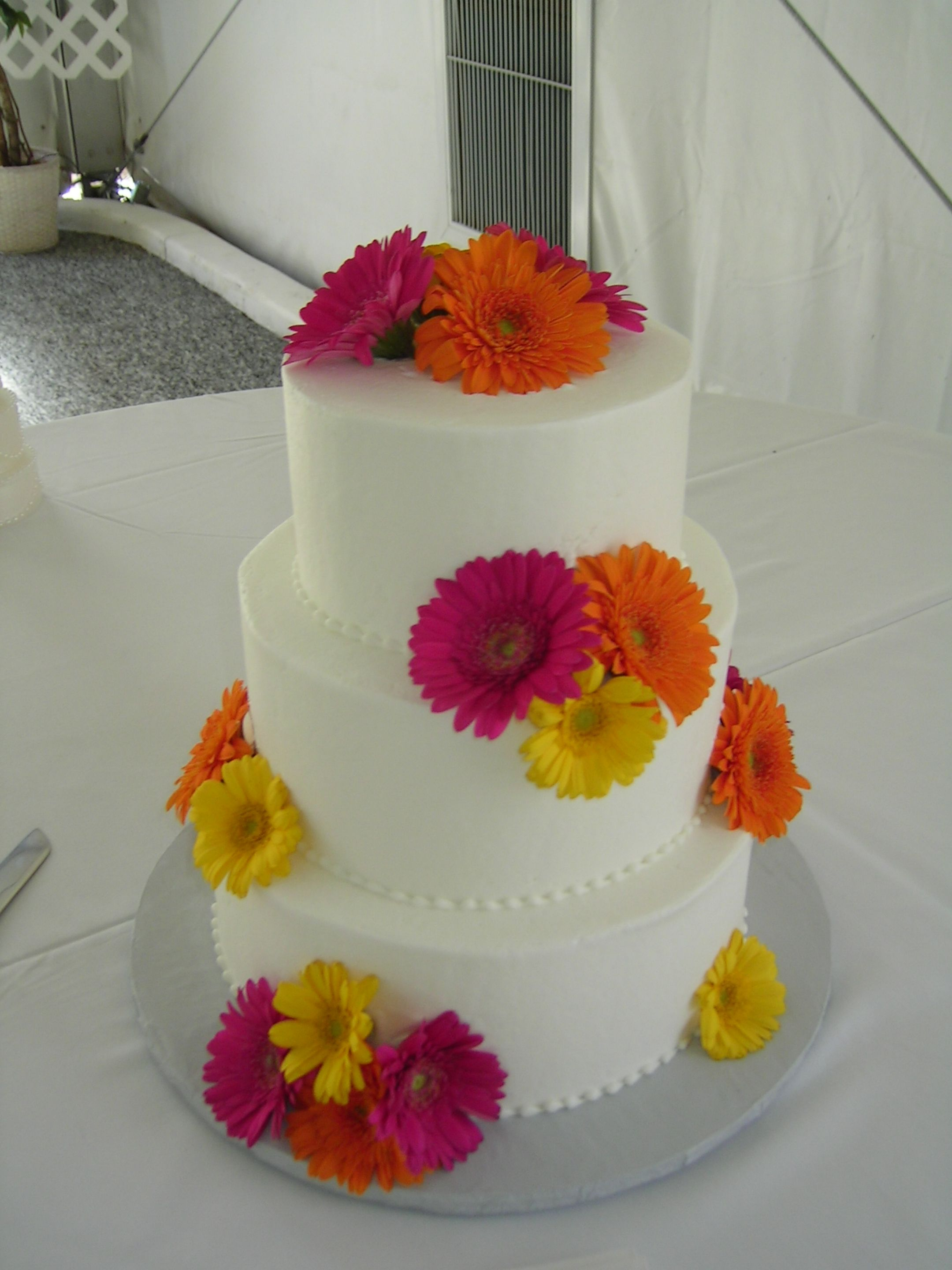 wedding cakes with daisy flowers beautiful bright wedding cake daisies by blume events www 26017