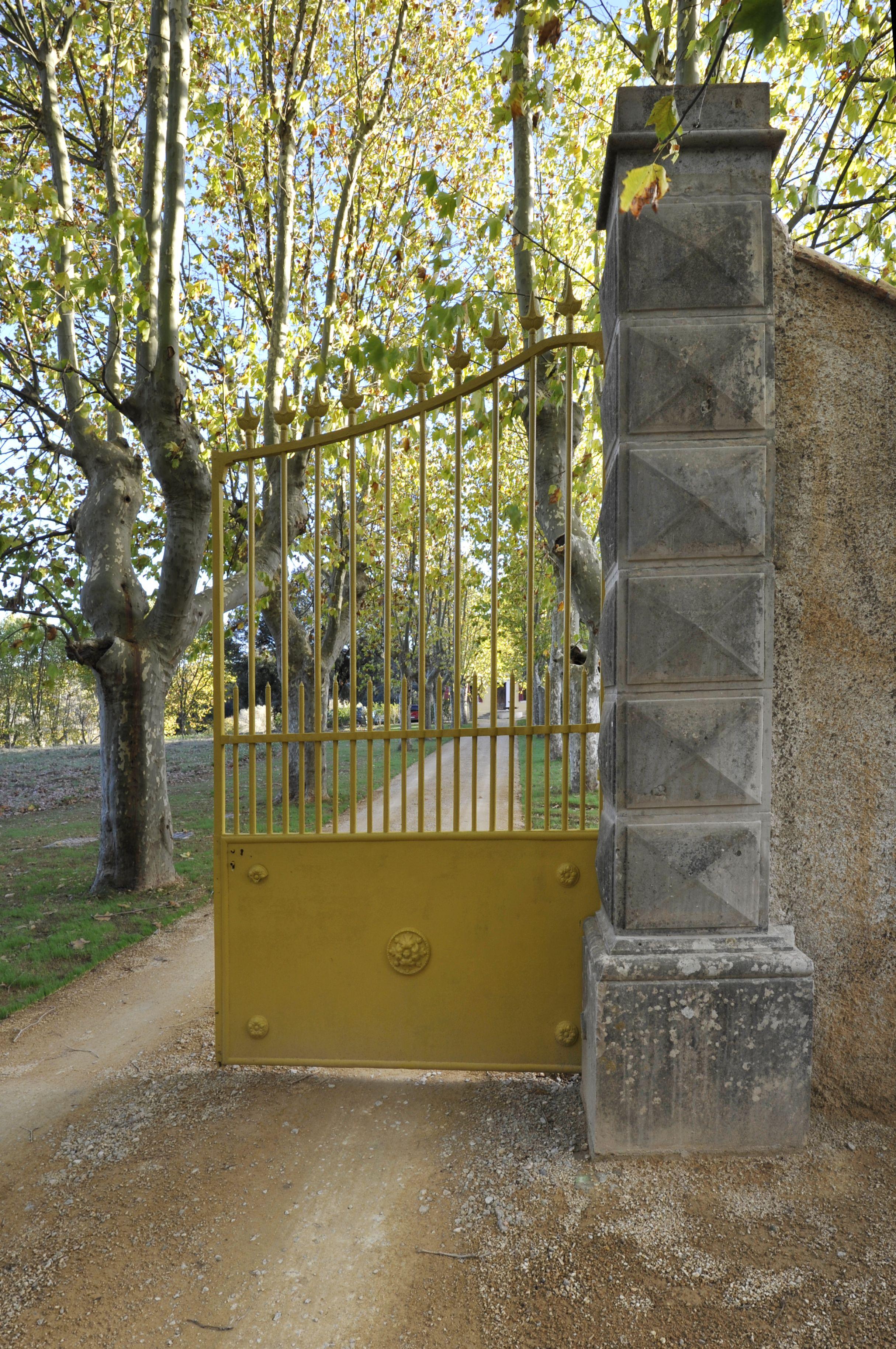 Portail en fer forgé jaune d un domaine viticole agrandi et rénové par  l architecte DESA Benjamin Godiniaux. 47fc1f8e913c