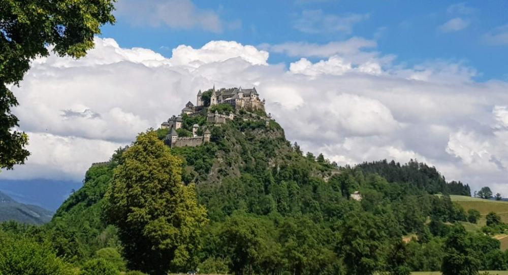 Die Schone Burg Hochosterwitz Sehenswurdigkeit In Osterreich In 2020 Karnten Urlaub Schone Orte Ausflug
