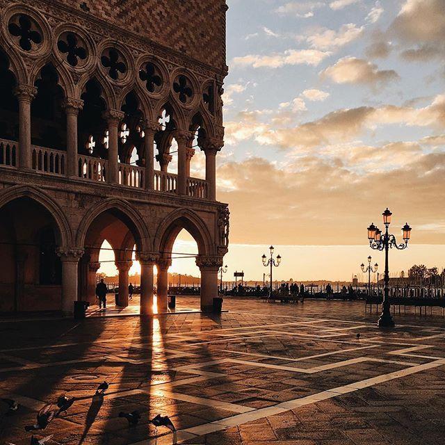 Queste le prime luci di Venezia di oggi  Meravigliosa mattinata in abiti @alducadaosta nella fantastica cornice di Ca' Rezzonico  Che dire... è sempre bello viaggiare, anche per scoprire quanto siano meravigliosi i luoghi che consideriamo casa nostra. Volete vedere come eravamo vestiti?!  Stories  w/ @celestalis @ilchiaroscuro_ @riccardorizz @raffaeledessi  #VeniceFashionNight2016 #VeneziaDaVivere #igersVenezia