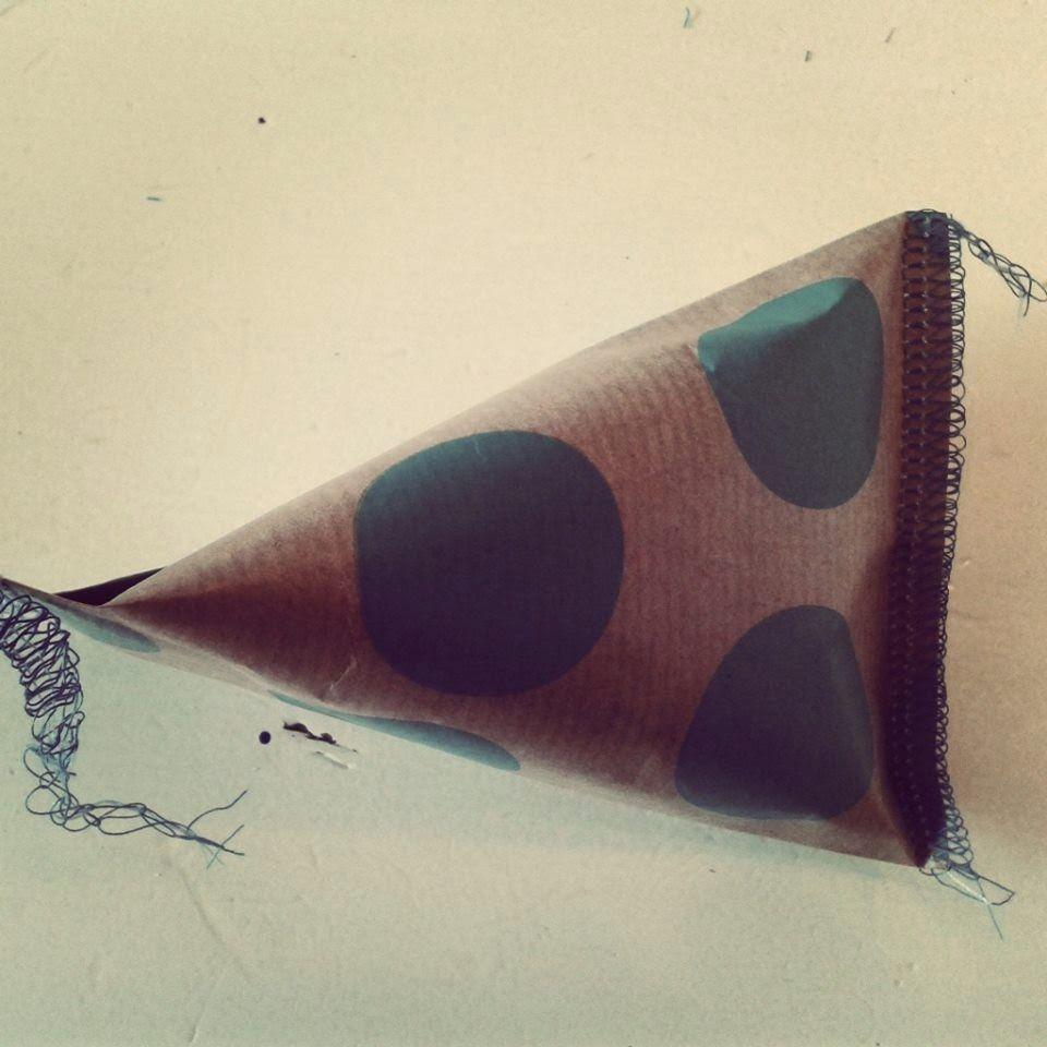 Uitdeel zakjes maken gevuld met snoep: 3 Vullen met snoep, dicht vouwen dmv zijkant op elkaar leggen en naai deze dicht, garen laten uitsteken voor een kaartje!!
