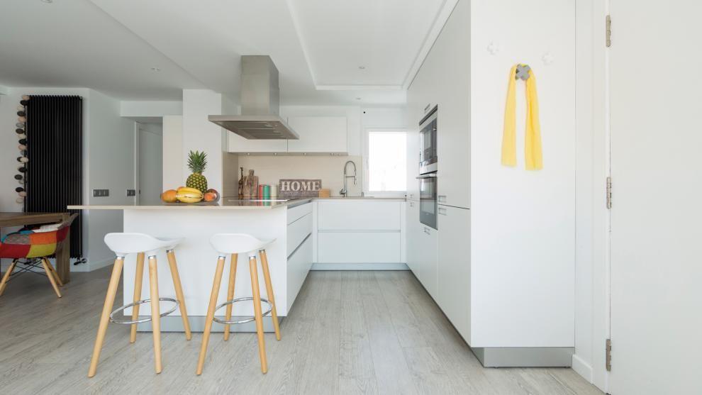Cocina blanca abierta al salón amueblada con los diseños LINE-E y ...