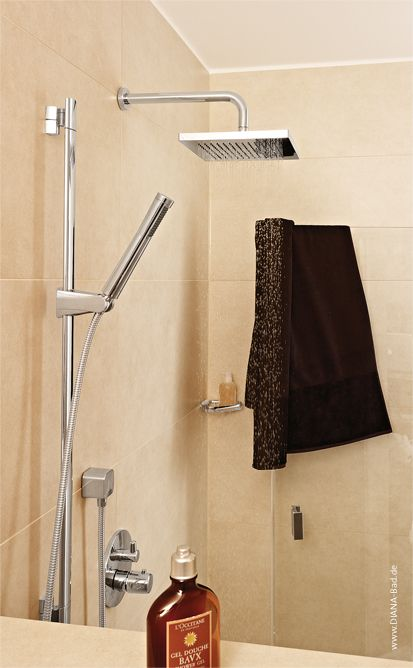 Modern Duschen. Schlanke Stabhandbrause kombiniert mit