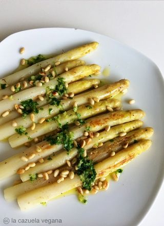 Espárragos Blancos A La Plancha Con Ajo Perejil Y Piñones La Cazuela Vegana Como Cocinar Esparragos Cocinar Esparragos Esparragos Receta