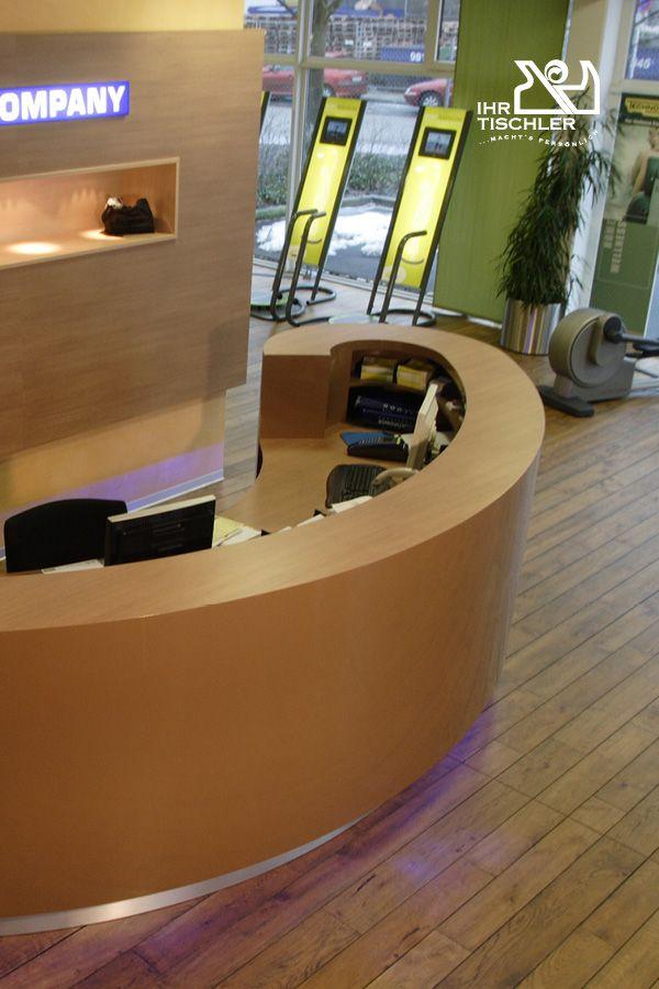 Attraktiver Eingangsbereich Mit Empfangspult Aus Holz In Hochglanz Lackiert Elegantes Design Ausgefuhrt Von Der Hinding Empfangspult Tischler Raumgestaltung