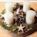 Natürlicher Adventskranz aus großer runder Holzscheibe mit vier cremeweißen …