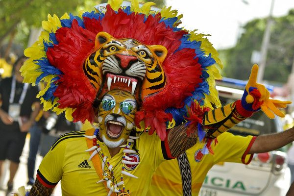A supporter of Colombia waits for the start of the WC 2018 qualification football match against Chile in Barranquilla, Colombia, on November 10, 2016. / AFP / LUIS ROBAYO