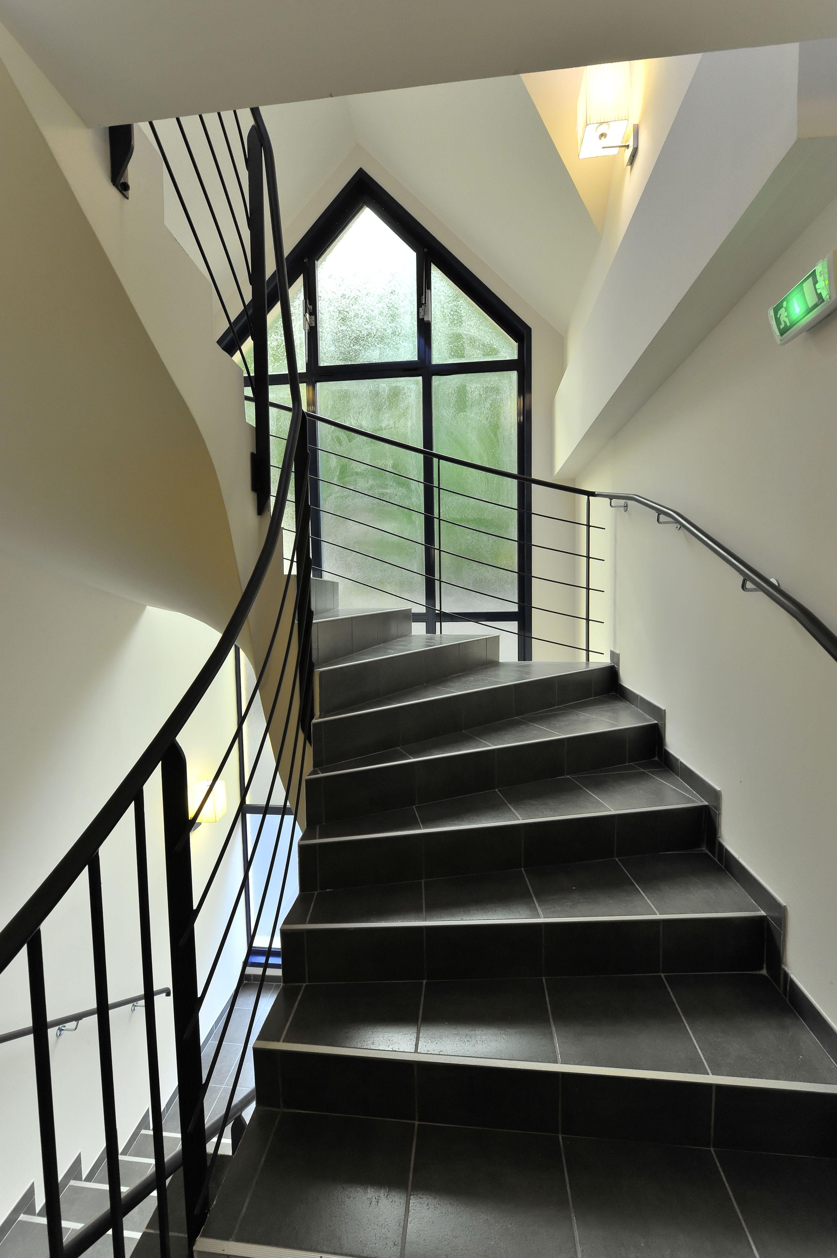 grande cage d 39 escalier et sa baie vitr e qui pour effet un vrai puit de lumi re une conomie. Black Bedroom Furniture Sets. Home Design Ideas