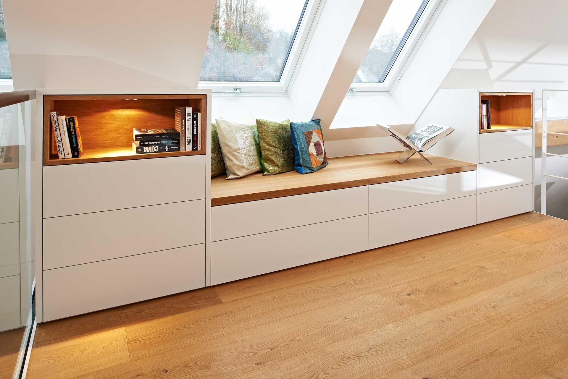 Dieser Wohnzimmereinbau Im Dachgeschoss Ist Unter Einer Dachschr Ge Eingelassen Dachzimmer Einrichten Zimmer Mit Dachschräge Einrichten Dachboden Wohnzimmer