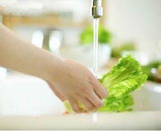 Para uma completa higienização das verduras, siga os passos abaixo: Com uma faca, corte as raízes das verduras e separe as folhas. Em ...