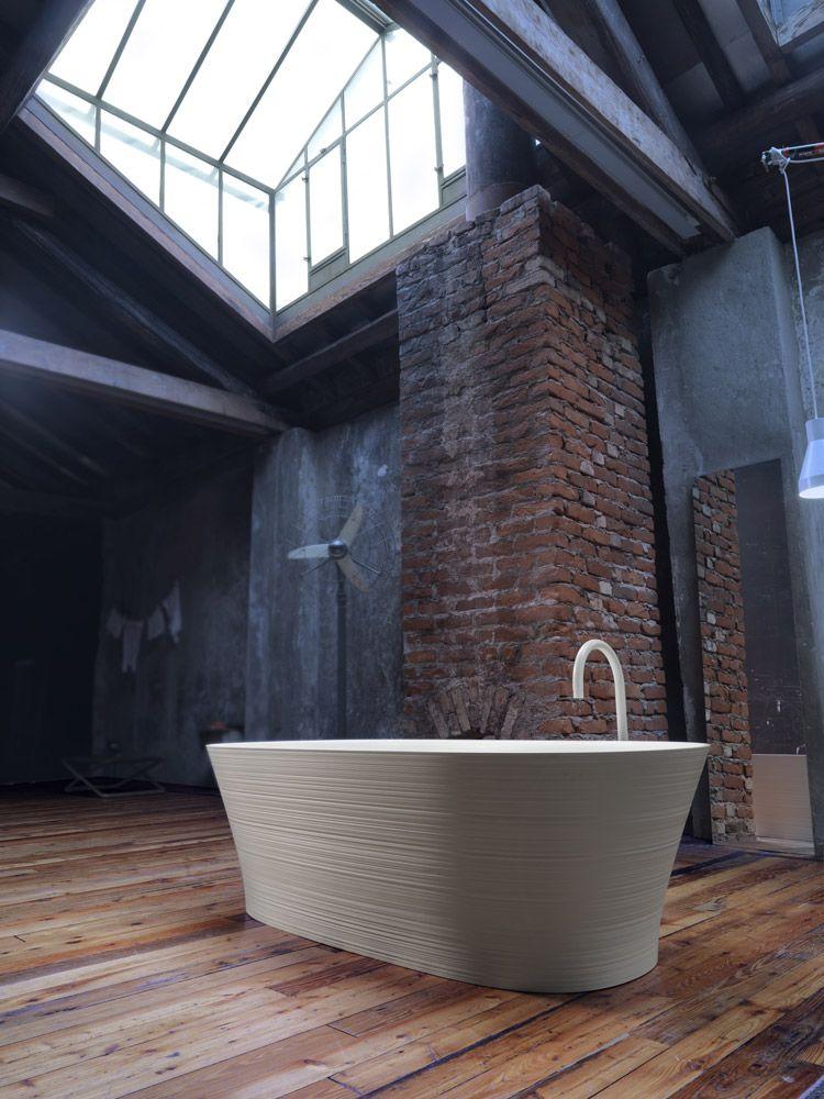 Vrijstaand bad in badkamer met industrieel interieur | Badkamer ...