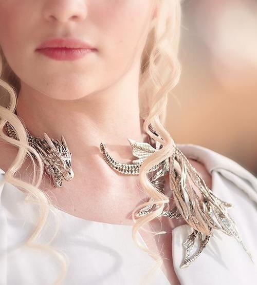 pourquoi daenerys s 39 habille en blanc dans la saison 5. Black Bedroom Furniture Sets. Home Design Ideas