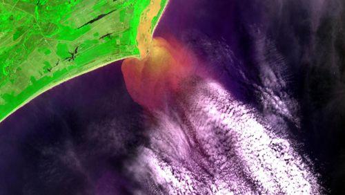 Imagem da câmera MUX do CBERS-4 (07/12/2015) da foz do Rio Doce no litoral do Estado do Espírito Santo, mostrando parte da pluma de sedimentos e lama de rejeitos de minério da Samarco (Fonte: INPE)