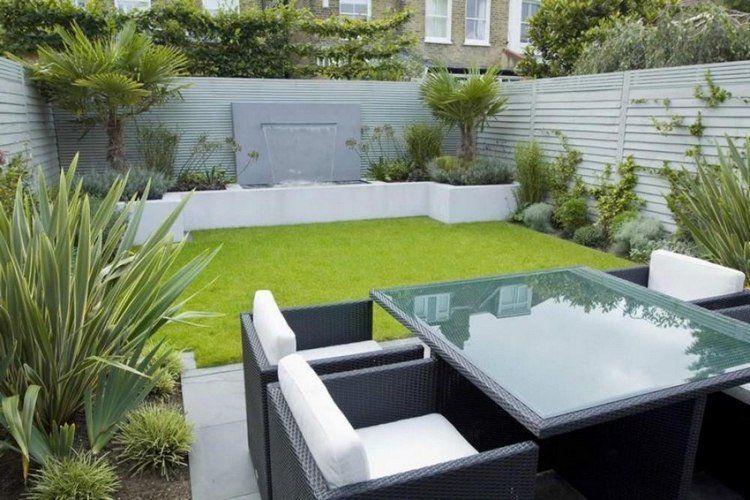 petit jardin dans l\u0027arrière,cour, aménagement avec meubles en résine tressée
