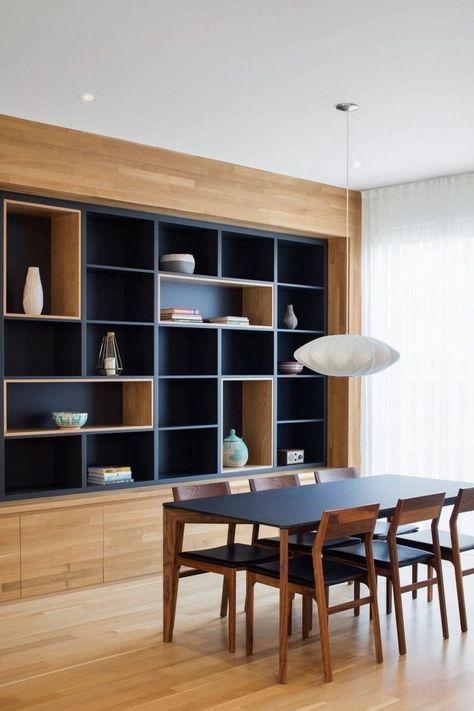 Placard mural multifonction et plafond bois d 39 un appartement en duplex deco meuble - Rangement placard mural ...