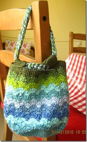Bucket of Seashells bag. Pattern here   http://www.chocolatemintsinajar.com/blog/2010/03/bucket-of-seashells/