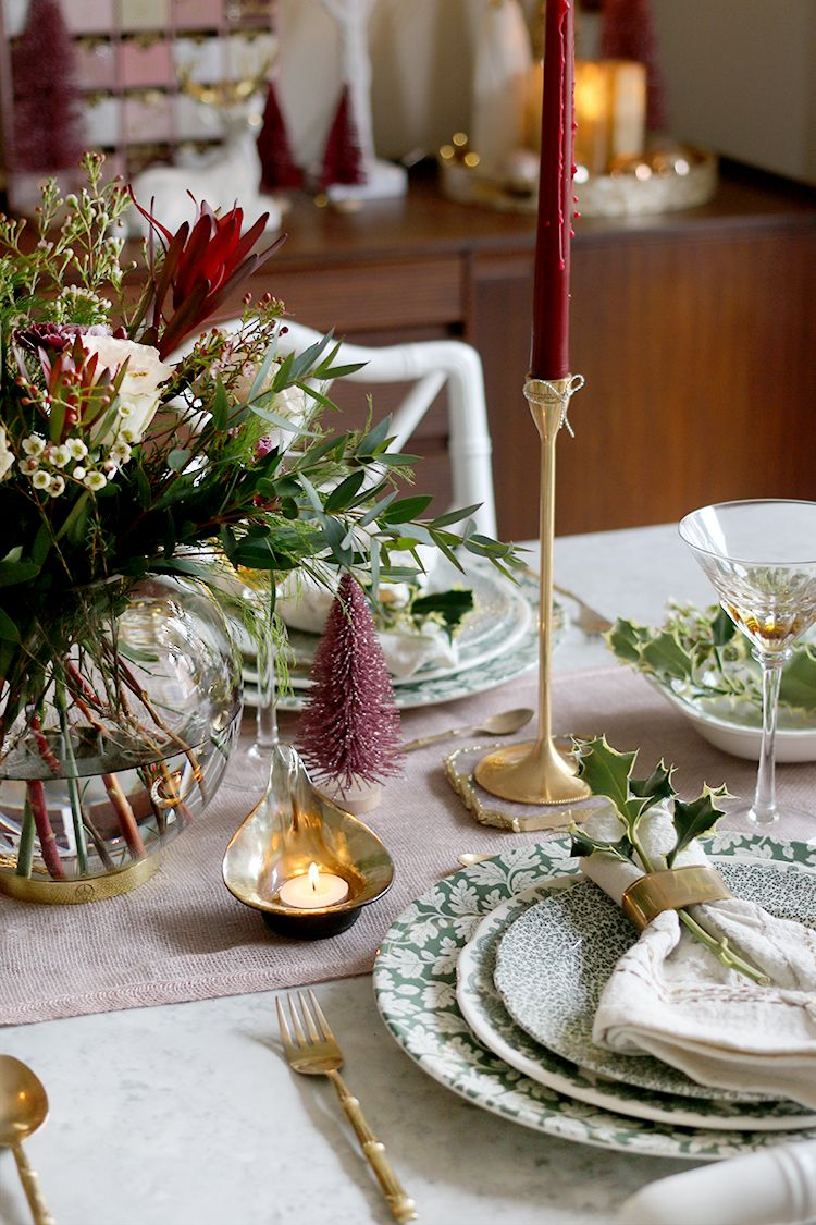 Christmas Table Setting In Green Pink And Burgundy Christmas Dinner Table Settings Christmas Dinner Table Pink Christmas Table