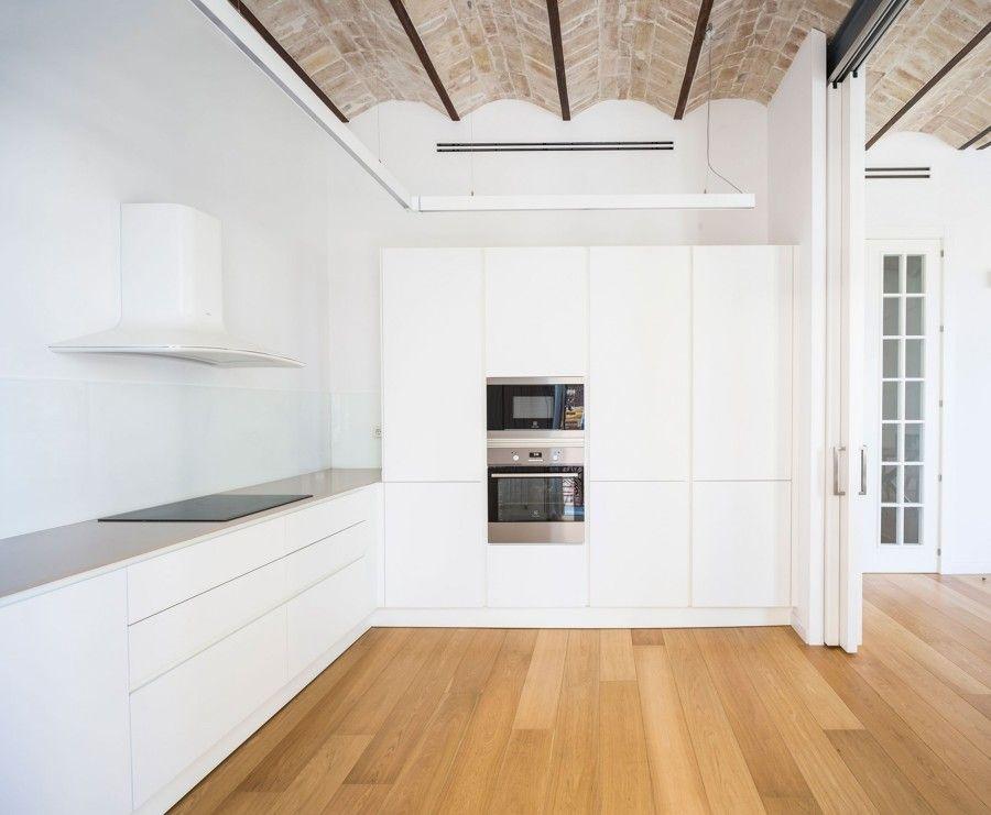 Cocinas blancas de techos altos   Recuperación de techos de ladrillo