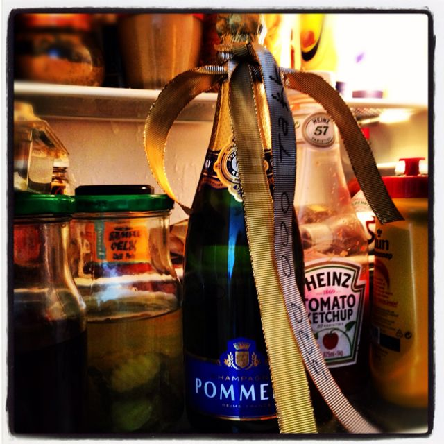 Ler meg i hjel hver gang jeg åpner kjøleskapet. Det er noe med blandingen, lizm. Tror champisen må få stå en stund til, bare derfor.