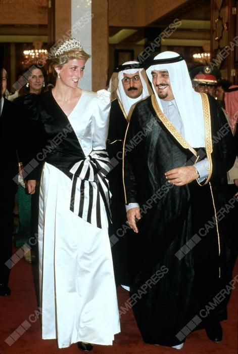 DIANA, PRINCESS OF WALES ARRIVES AT A DINNER GIVEN BY THE CROWN PRINCE DIANA, PRINCESS OF WALES, WEARING AN EVENING DRESS DESIGNED BY THE EMMANUELS ARRIVES AT A DINNER GIVEN BY THE CROWN PRINCE. SAUDI ARABIA. 17 NOVEMBER 1986.