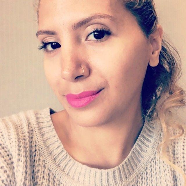 Jesenia's Goodie Bag Editor is wearing NARS Semi Matte Lipstick (In: Schiap), a bold, hot fuchsia-pink.