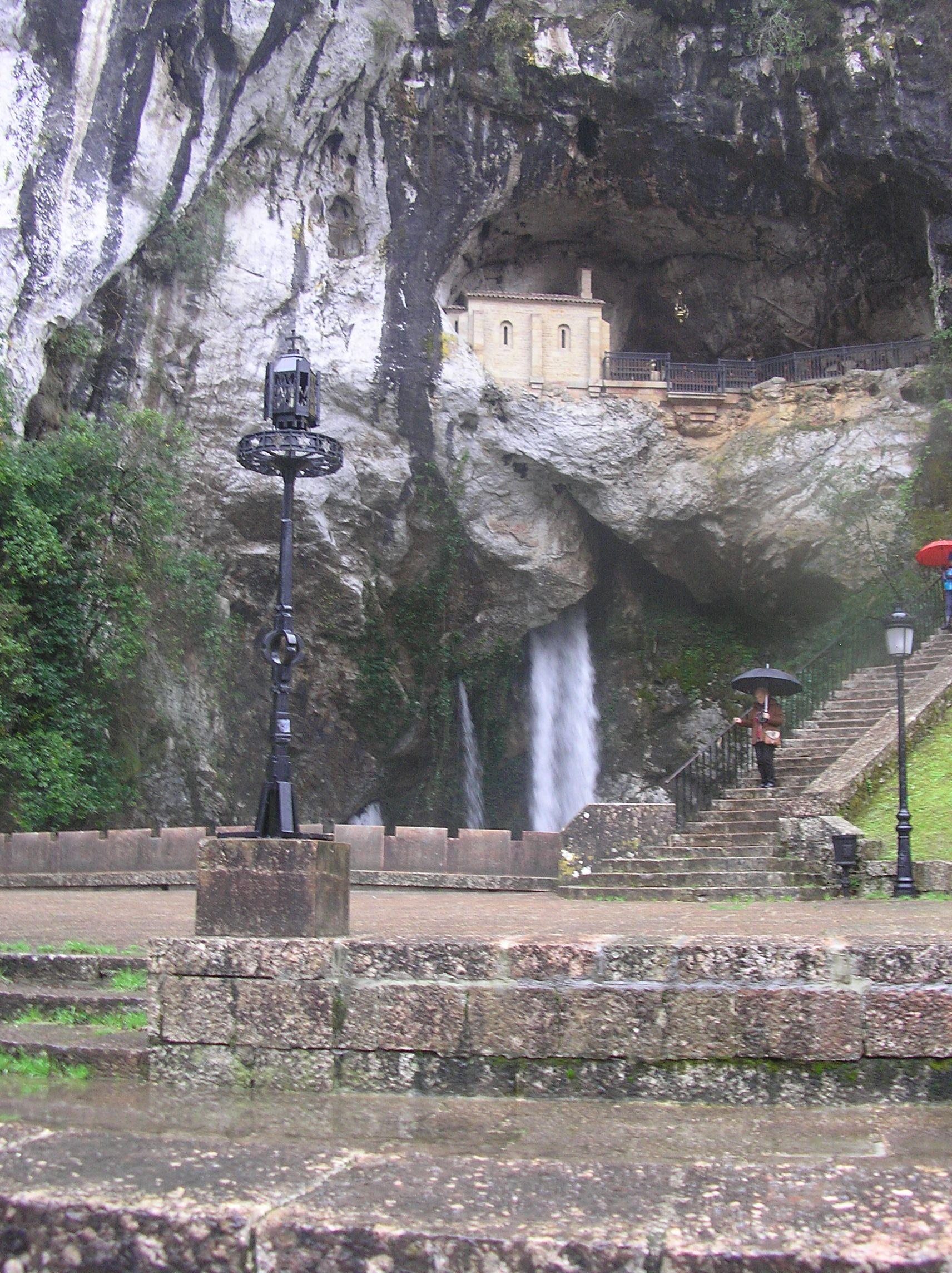 Cascada Bajo El Santuario De La Virgen De Covadonga Situado En Los Picos De Europa Lugar De Historia Y De Leyendas Del Rey Pelayo La Virgen De Paraiso Nature