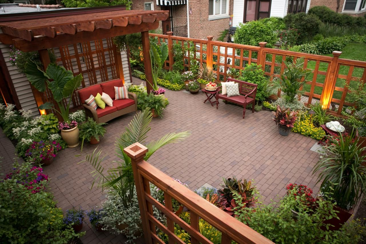 An Urban Garden - This comely garden setting in this small home\'s ...
