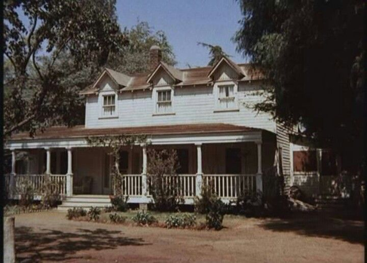 The Waltons House Where Veranda Envy Began At A Very Early Age Walton House Old Farm Houses My Dream Home