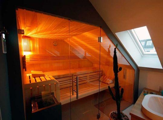 Glas-fronted sauna onder droop recht in de badkamer (kopie) | man ...
