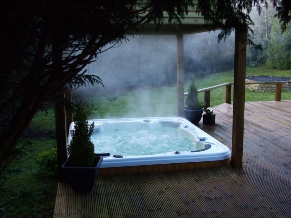 Bain Chaud En Amoureux Cote Jardin Hot Tub Backyard Hot Tub