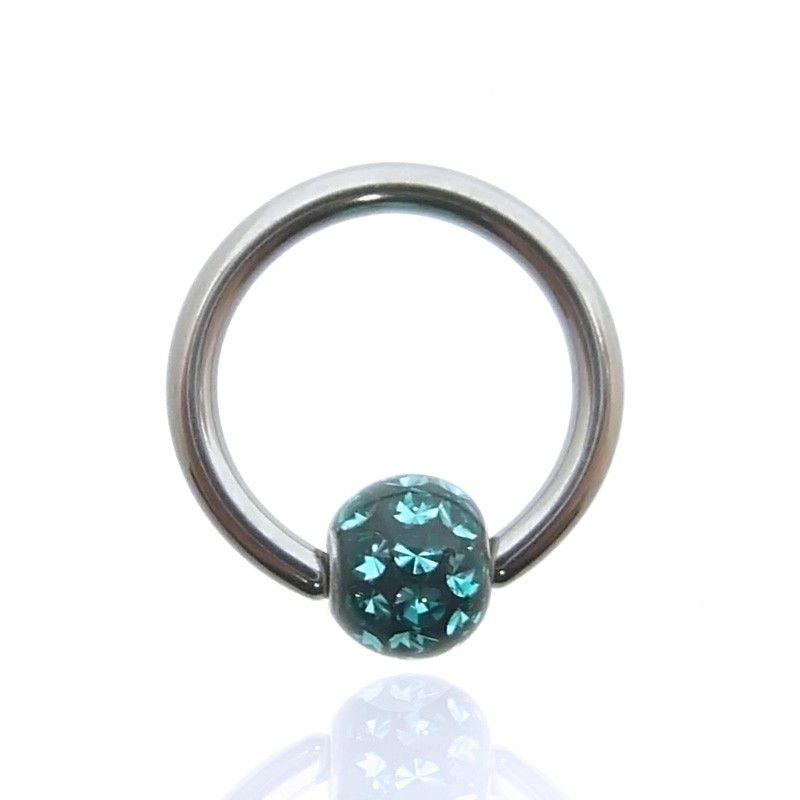 Piercing anneau avec une boule clipée décorée de cristaux de swarovski de couleur protégés par une résine.