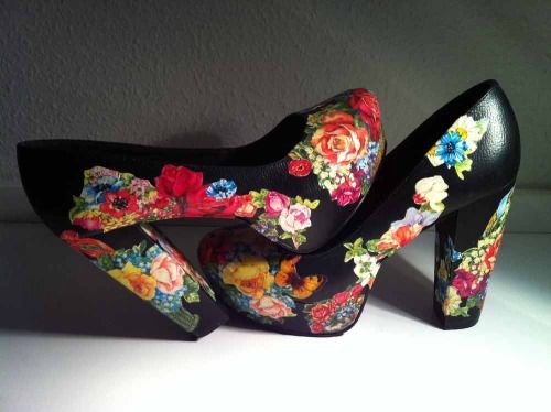 Anna Lidström shows on her Blog how she transform a simple paire of black high heels into these charming flower creations!
