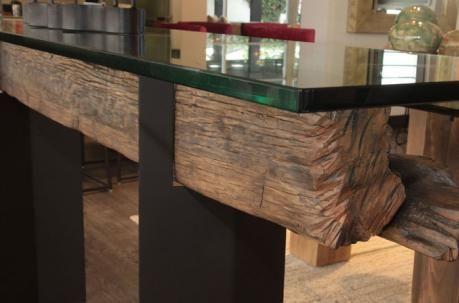 Esta mesa de Studio Noa contiene troncos de corte longitudinal y ...