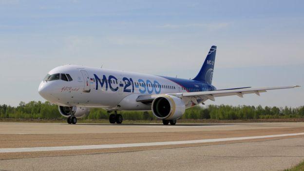 Новый российский самолет МС-21 впервые проехал по ВПП ...
