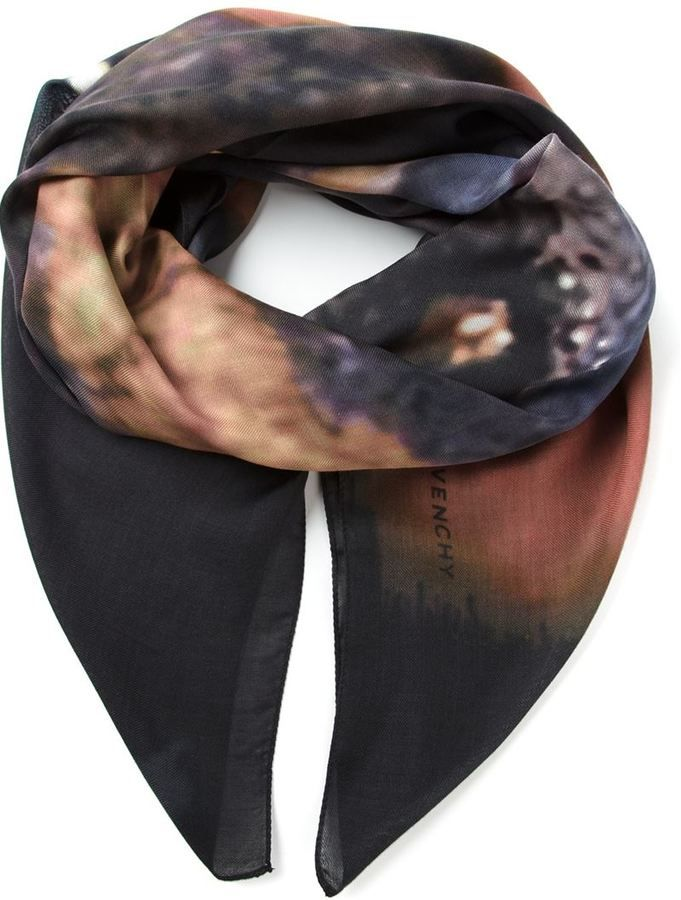 €400, Schwarzer bedruckter Schal von Givenchy. Online-Shop: farfetch.com. Klicken Sie hier für mehr Informationen: https://lookastic.com/men/shop_items/144724/redirect