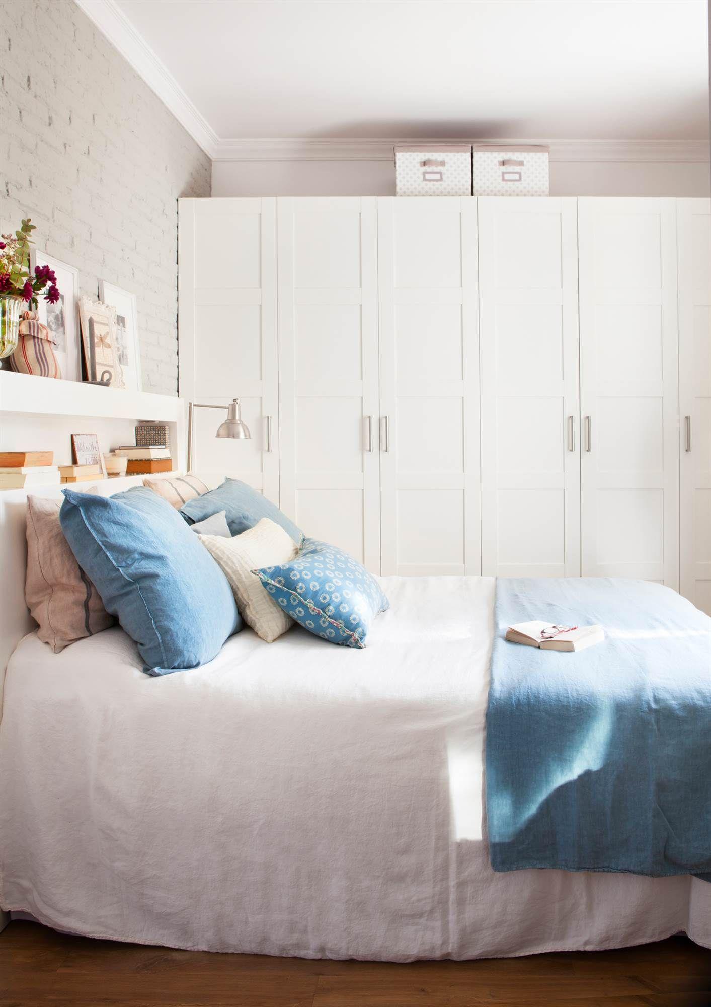 Dormitorio principal con cajonera blanca, alfombra y butaca ...