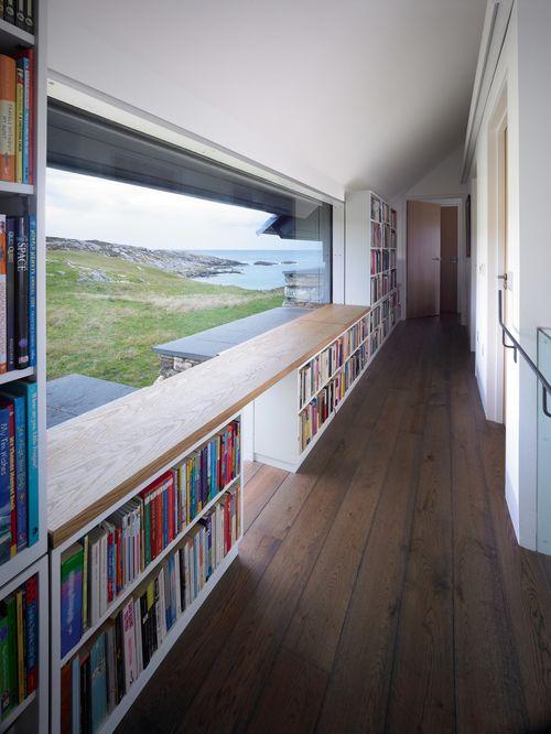Offene Bibliothek im Gang mit Blick auf das Meer HOME - ideen bibliothek zu hause gestalten