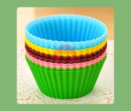 OVÁL, 12ks - Silikonové košíčky ve tvaru oválu jsou vynikající pro přípravu originálních domácích muffinů, pudingů, ovocných a tvarohových želé a jiných pokrmů.  Formičky drží u pečených nebo chlazených pokrmů tvar, košíčky nepřipalují, pokrmy se nelepí a lze je snadno vyklopit.  Košíčky jsou vyrobené ze žáruvzdorného silikonu, odolné od -40 do +230 °C. Jsou určeny pro opakované pečení ve všech typech trub včetně mikrovlnné, vhodné do ledničky, mrazničky a do myčky na nádobí.