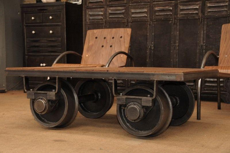 table basse industrielle wagonnet avec roues en acier et plateau en bois r cup art collection. Black Bedroom Furniture Sets. Home Design Ideas