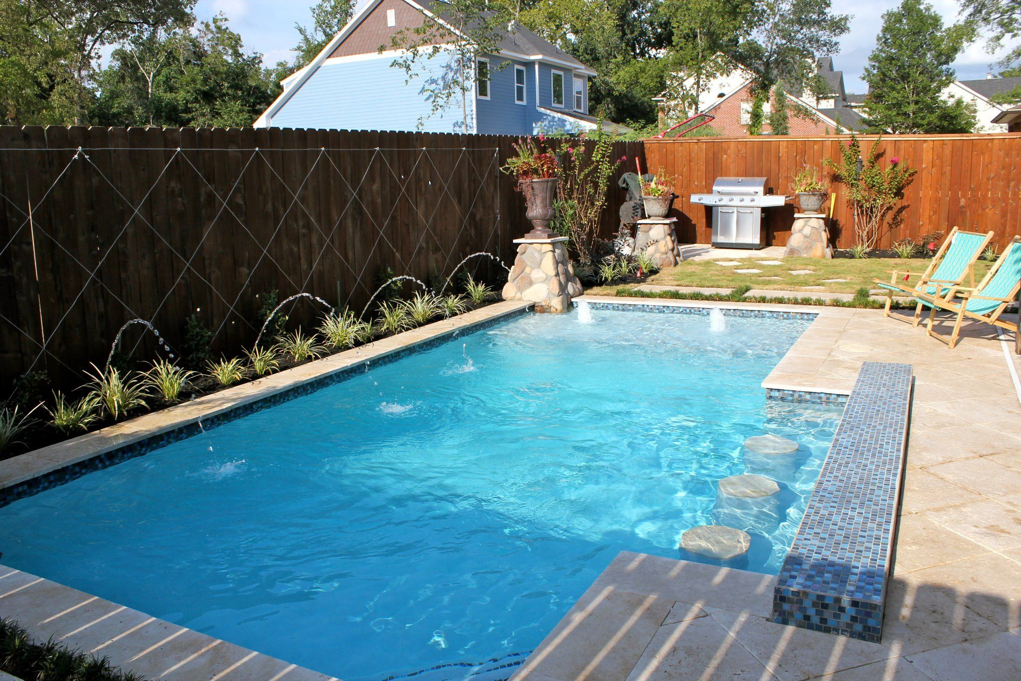 Small pool with swim up bar and sundeck swimming pools for Pool design with bar