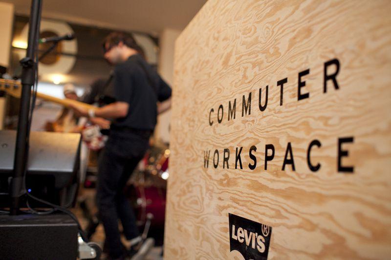 """ALTAVIA WATCH / ARTICLE + video / """"+ q jms orientée """"style de vie"""" #urbain et #ecologique , #Levis a ouvert cet été, dans 3villes choisies pour leur fort taux de #cyclistes #urbains (NYC, LA et Londres) et pour un mois environ, des """" #CommuterWorkspaces """" à destination desdits cyclistes – autrement dit des espaces inspirés des boutiques """" #PopUp"""" mais dédiés au #CoWorking et à la #convivialite"""" #trend #retail #inno #experience #CustomerCentric #Cafe #Wifi #Atelier #Reparation #Event #Music…"""